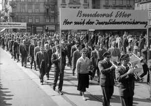 Labour Day Parade: March of musicians and banners. Source: Swiss Social Archive, Zurich, F_5047-Fb-054.